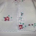 Golfino Battesimo in lana con laccetti per chiuderlo, finta tasca e fiorellini in raso di seta