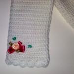 Particolare della manica del golfino di lana con i fiorellini in raso di seta