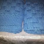 Coperta azzurra in lana per lettino